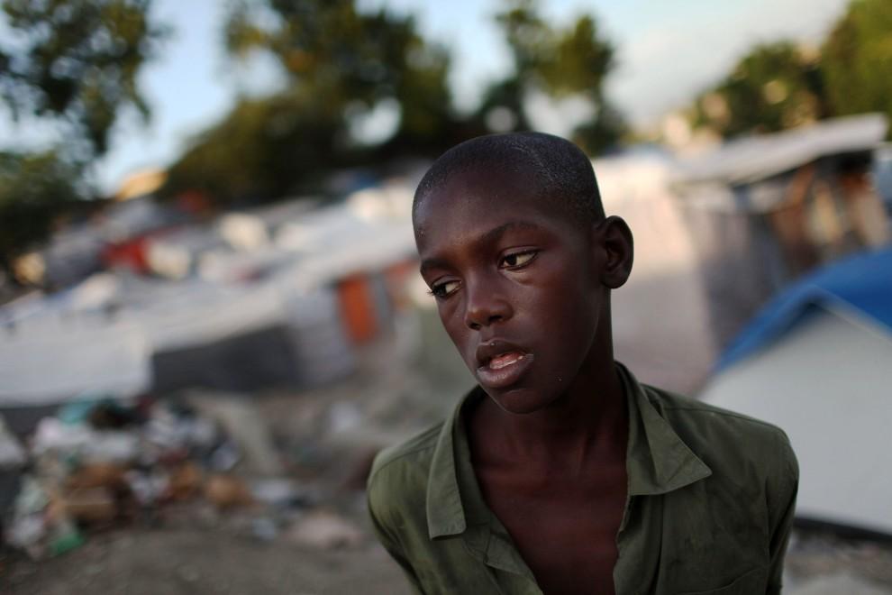 24. HAITI, Port-au-Prince, 26 października 2010: Sampson Salvoldon (15 lat) mieszkający w obozie dla ofiar styczniowego trzęsienia ziemi. (Foto: Spencer Platt/Getty Images)