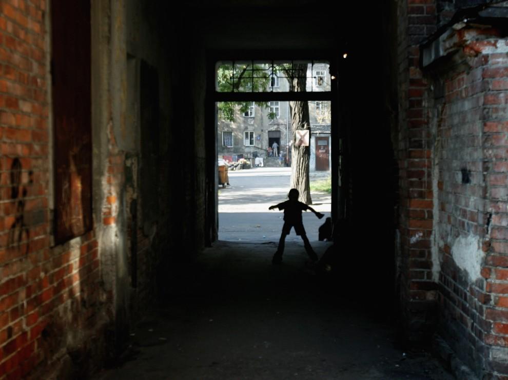 23. POLSKA, Warszawa, 30 września 2010: Dziecko na rolkach bawi się na podwórku przed domem. (Foto: Chris Jackson/Getty Images)