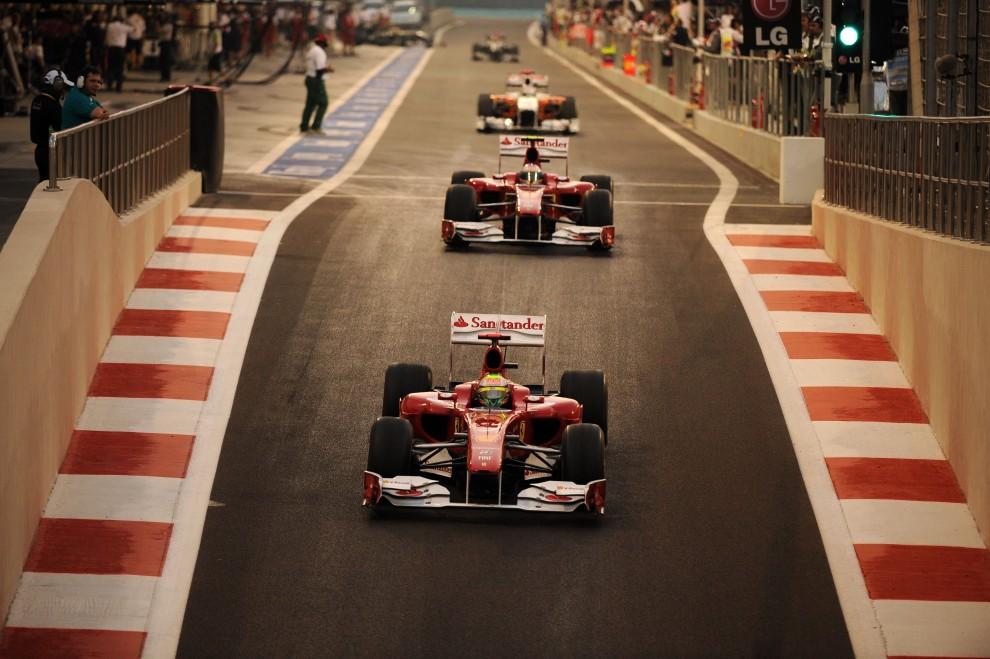 24. ZJEDNOCZONE EMIRATY ARABSKIE, Abu Zabi, 13 listopada 2010: Fernando Alonso (na pierwszym planie) i  Felipe Massa  na torze Yas Marina. AFP PHOTO / FRED DUFOUR