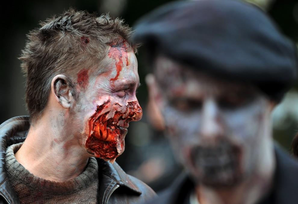 25. BUŁGARIA, Sofia, 26 października 2010: Aktorzy w przebraniu zombie na ulicy w Sofii. AFP PHOTO / NIKOLAY DOYCHINOV