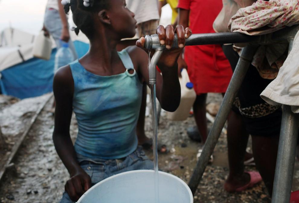 25. HAITI, Port-au-Prince, 26 października 2010: Punkt dystrybucji wody pitnej w obozie dla ofiar trzęsienia ziemi. (Foto: Spencer Platt/Getty Images)