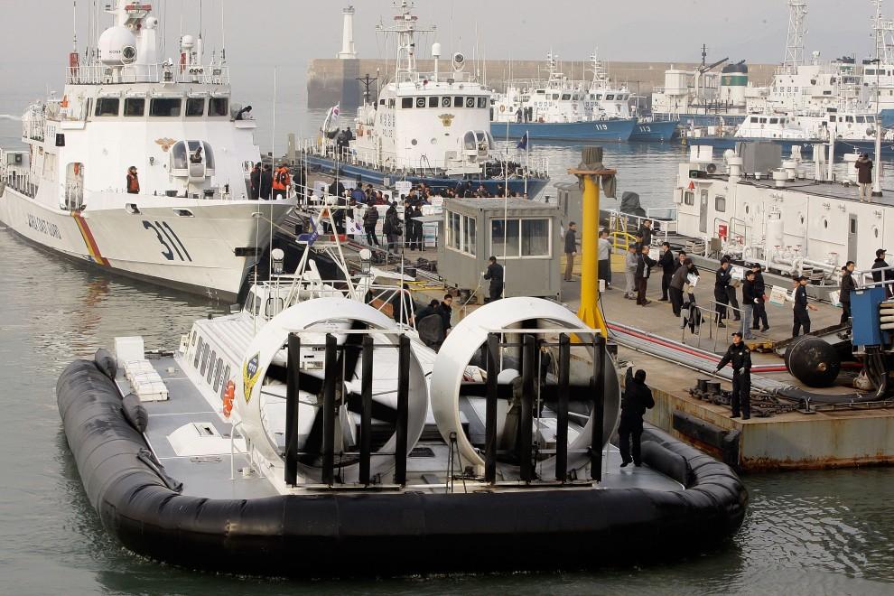 25. KOREA POŁUDNIOWA, Incheon, 24 listopada 2010: Jednostki straży przybrzenej przygotowują się do wyjścia z portu. (Foto: Chung Sung-Jun/Getty Images)