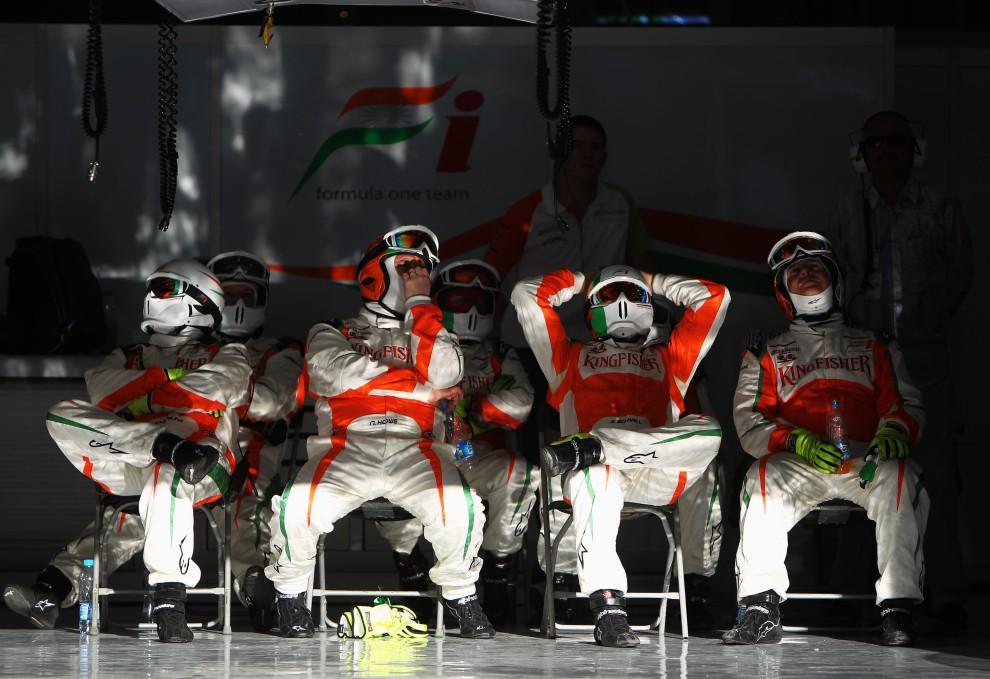 25. BAHRAIN, Sakir, 14 marca 2010: Mechanicy zespołu Force India oglądają wyścig w swoim garażu. (Foto: Paul Gilham/Getty Images)