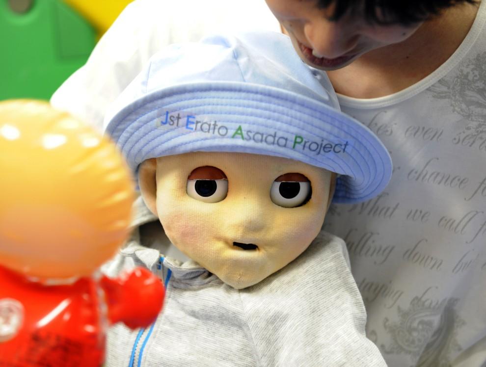 """26. JAPONIA, Tokyo, 15 czerwca 2010: Robot-dziecko o nazwie """"Noby"""" symulujący zachowanie małych dzieci. AFP PHOTO/Yoshikazu TSUNO"""