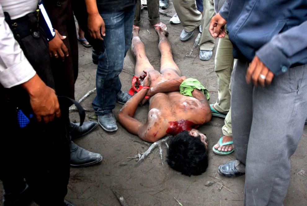 25. INDONEZJA, Sleman, 1 listopada 2010: Zatrzymany mężczyzna podejrzany o szabrowanie dóbr pozostawionych przez ofiary erupcji. AFP PHOTO / ARYA BIMA