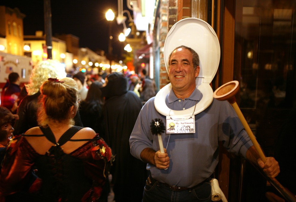 26. USA, Waszyngton, 31 października 2010: Brad Clearfield w kostiumie na Halloween pozuje dla fotoreportera. AFP PHOTO Kimihiro Hoshino