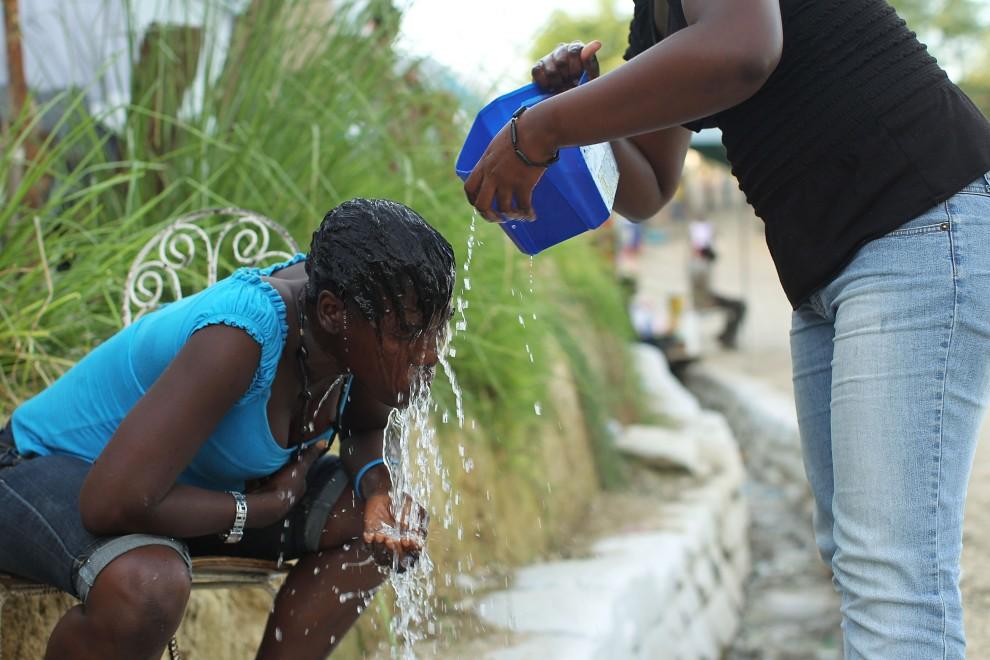 26. HAITI, Port-au-Prince, 26 października 2010: Kobieta myje włosy przy uliczce w obozie dla ofiar trzęsienia ziemi. (Foto: Spencer Platt/Getty Images)