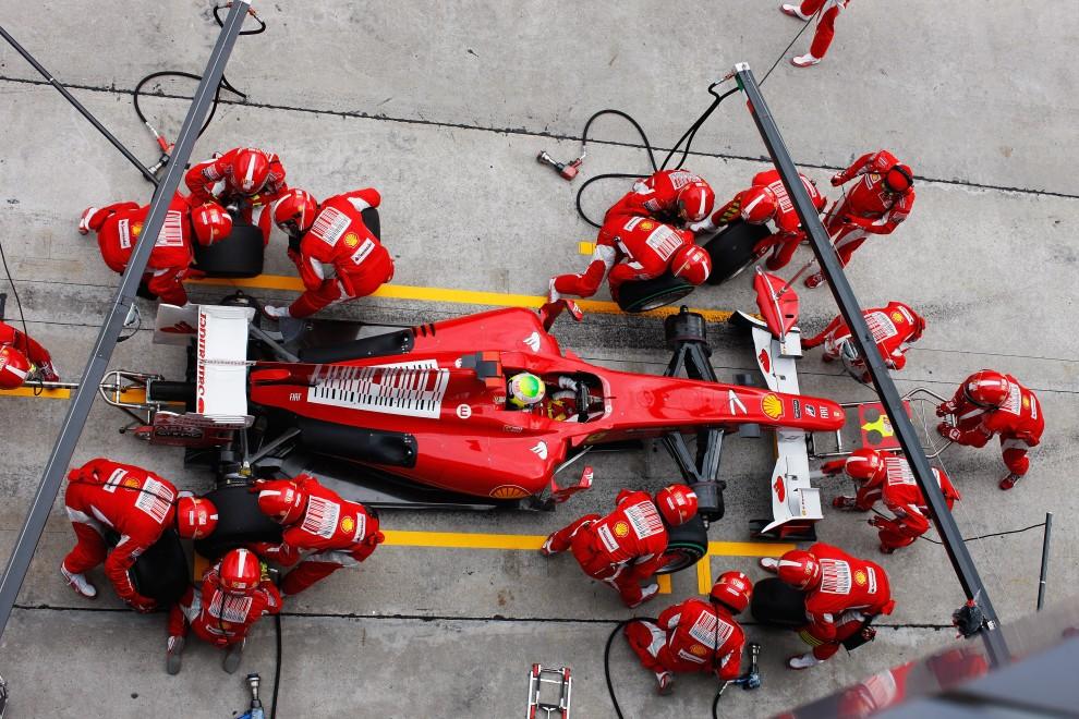 26. MALEZJA, Kuala Lumpur, 4 kwietnia 2010: Mechanicy zespołu Ferrari przy pracy z bolidem Felipe Massy. (Foto: Mark Thompson/Getty Images)