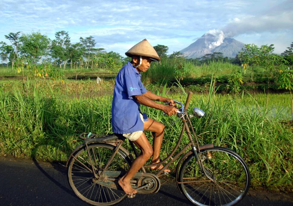 26. INDONEZJA, Klaten, 2 listopada 2010: Rolnik z okolic Klaten jedzie do pracy w polu. AFP PHOTO / SONNY TUMBELAKA