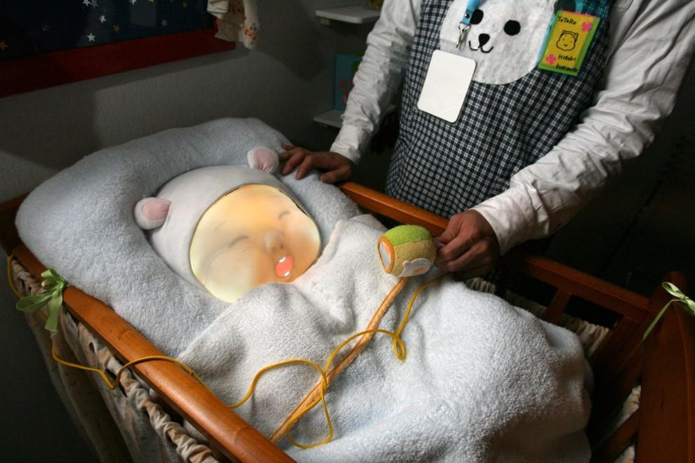 27. FRANCJA, Laval, 22 kwietnia 2009: Robot-niemowlę prezentowany podczas targów wirtualnej rzeczywistości. AFP PHOTO / THOMAS BREGARDIS