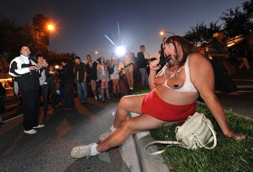 27. USA, Hollywood, 31 października 2010: Uczestnik parady z okazji Halloween pozuje do zdjęcia. AFP PHOTO/Mark RALSTON