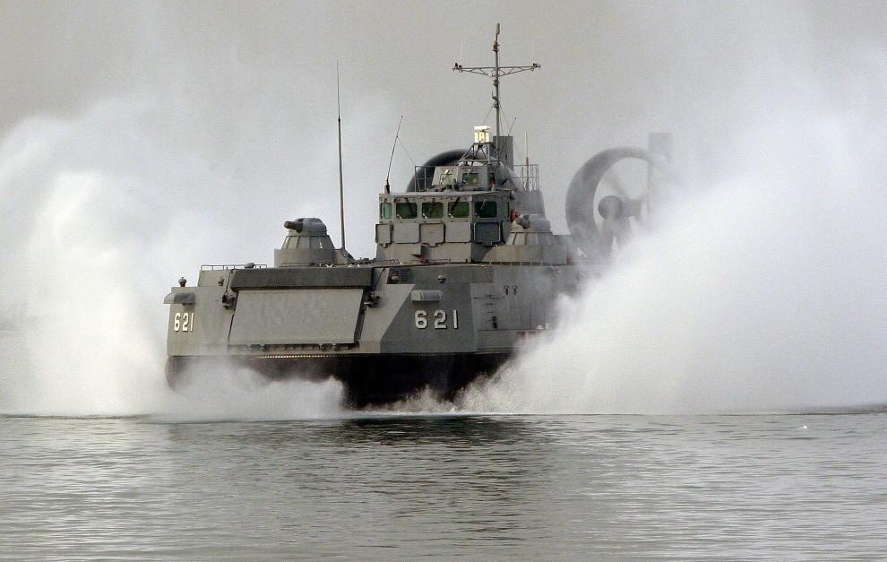 26.KOREA POŁUDNIOWA, Incheon, 24 listopada 2010: Jednostka marynarki Korei Południowej płynie w kierunku portu na wyspie  Yeonpyeong. (Foto: Chung Sung-Jun/Getty Images)
