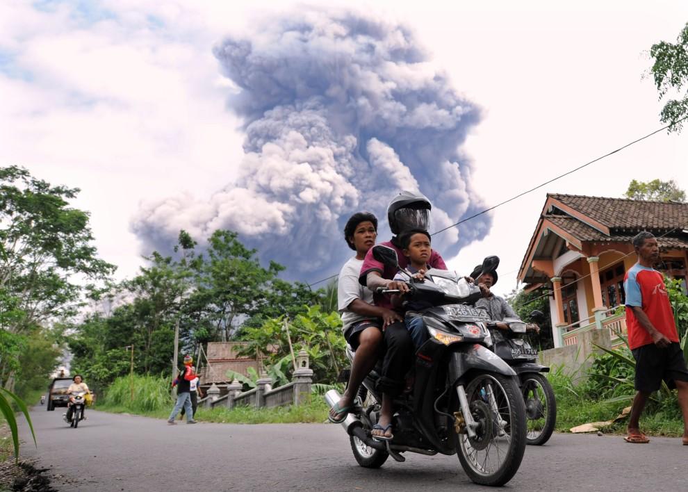 27. INDONEZJA, Balerante, 1 listopada 2010: Mieszkańcy Balerante opuszczają swoje domy w obawie o życie. AFP PHOTO / ADEK BERRY