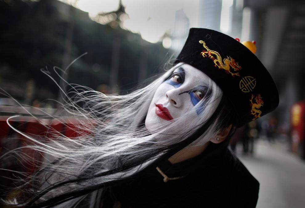 29. CHINY, Hong Kong, 30 października 2010: Uczestniczka parady zorganizowanej w Hong Kongu z okazji Halloween. AFP PHOTO / DANIEL SORABJI