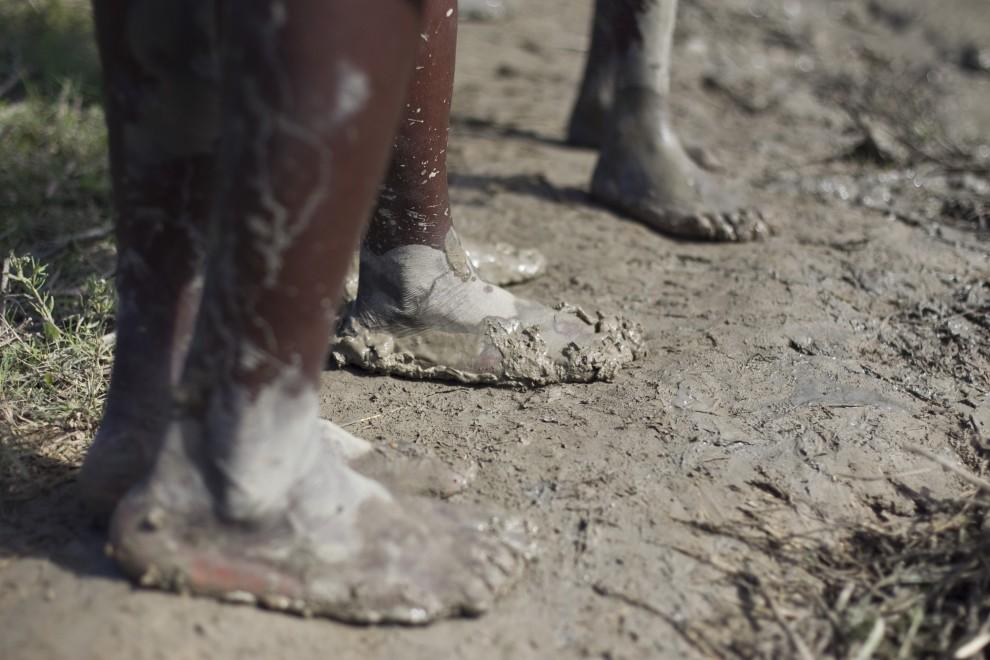 29. HAITI, Jurve, 26 października 2010: Błoto z rzeki Artibonite – prawdopodobnie głównego źródła cholery – pokrywają stopy mieszkających w pobliżu ludzi. (Foto: Sophia Paris/MINUSTAH via Getty Images)
