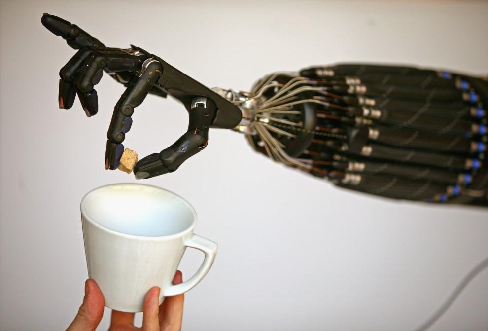 29. WIELKA BRYTANIA, Londyn, 6 maja 2008: Mechaniczna ręka zaprojektowana przez The Shadow Robot wykonuje zlecone przez inżyniera zadanie. (Foto: Jeff J Mitchell/Getty Images)