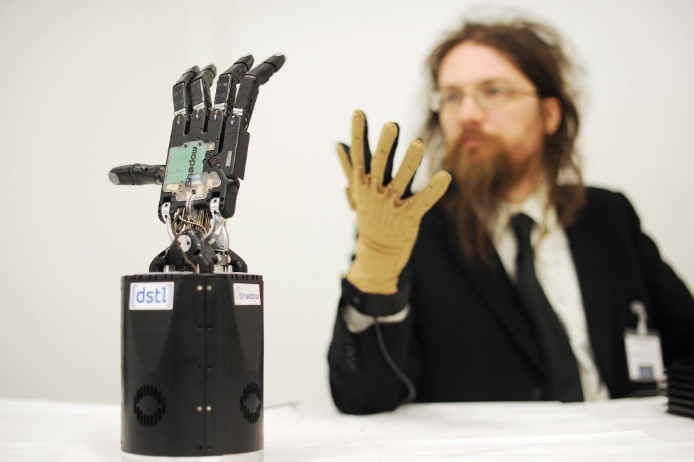 2. WIELKA BRYTANIA, Oksford, 11 lutego 2010: Mechaniczna dłoń skonstruowana na potrzeby wojska (saperów). AFP PHOTO/Ben Stansall