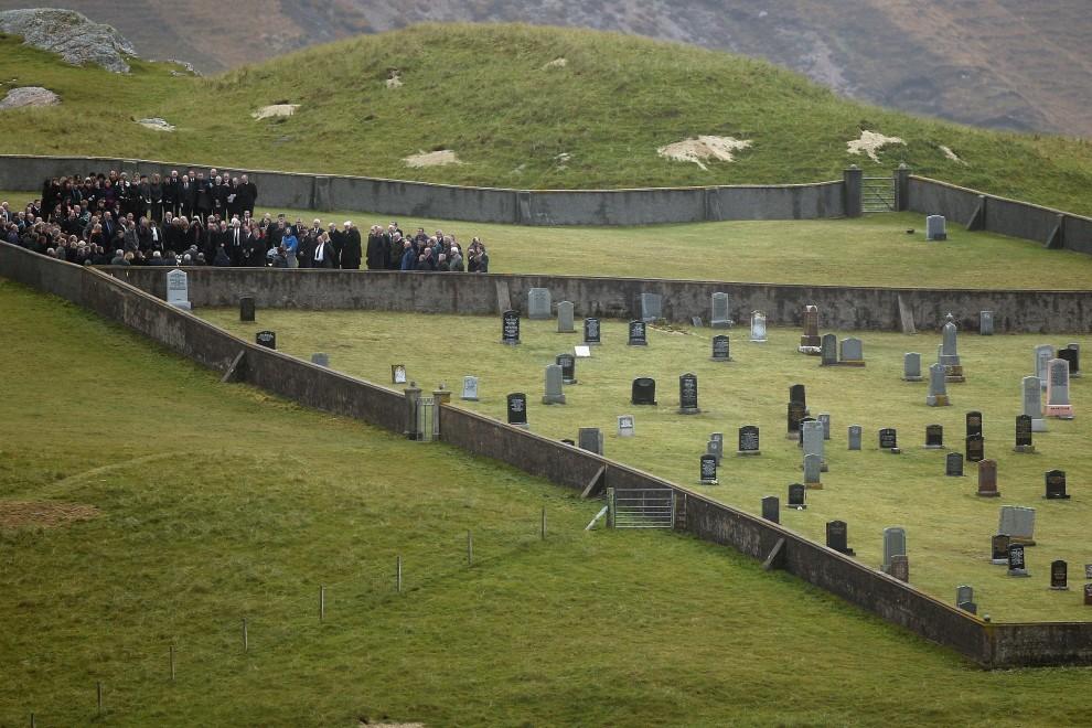 2. WIELKA BRYTANIA, Uig, 26 października 2010: Pogrzeb Lindy Norgrove – zamordowanej uczestniczki misji humanitarnej w Afganistanie. (Foto: Jeff J Mitchell/Getty Images)