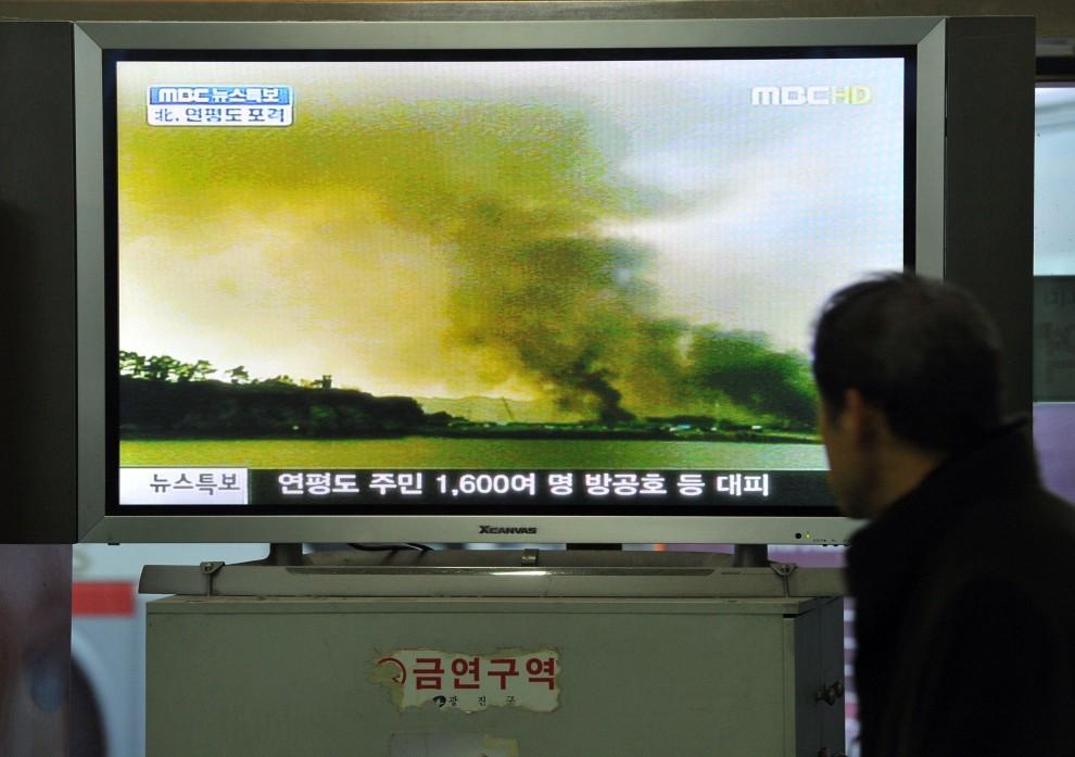 2. KOREA POŁUDNIOWA, Seul, 23 listopada 2010: Mężczyzna ogląda w telewizji ostrzał wyspy Yeonpyeong prowadzony przez Koreę Północną. AFP PHOTO/JUNG YEON-JE