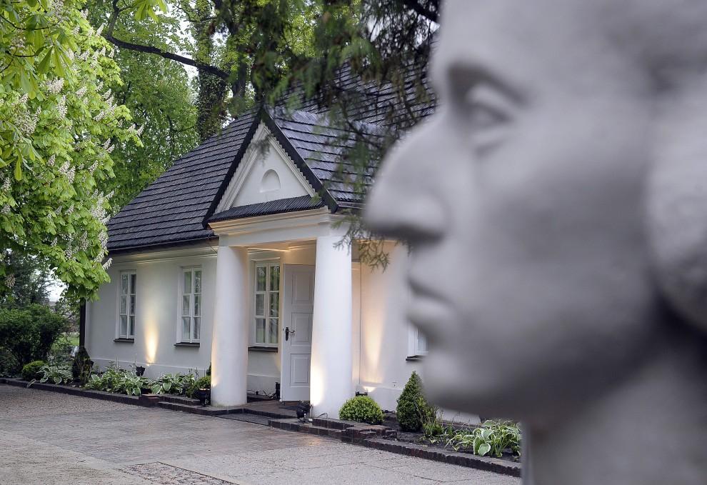 29. POLSKA, Warszawa, 7 maja 2010: Posąg Fryderyka Chopin na tle dworku w Żelazowej Woli. AFP PHOTO / JANEK SKARZYNSKI