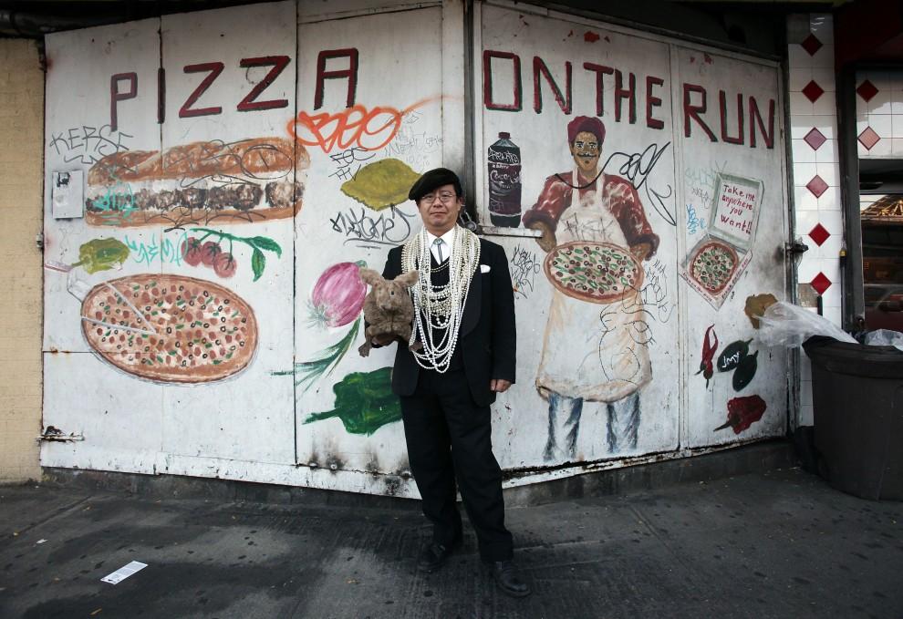 30. USA, Nowy Jork, 31 października 2010: Uczestnik zabawy z okazji Halloween zorganizowanej na  Coney Island. (Foto: Mario Tama/Getty Images)