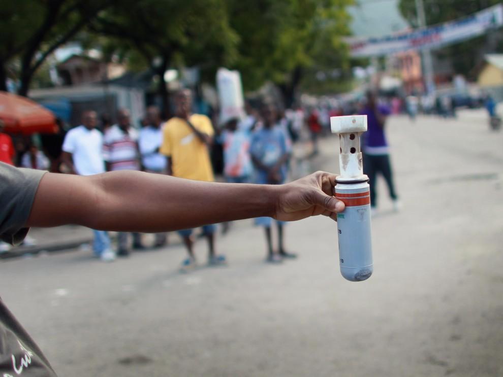 30. HAITI, Port-au-Prince, 19 listopada 2010: Pojemnik z gazem wystrzelonym przez policję w kierunku protestujących mieszkańców Port-au-Prince. (Foto: Joe Raedle/Getty Images)