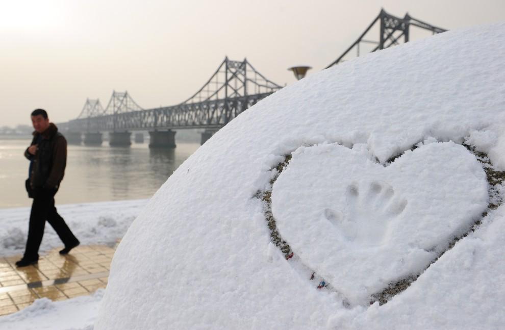 31. CHINY, Dandong, 27 listopada 2010: Deptak w zimowej scenerii nad brzegami rzeki Yalu. AFP PHOTO / Frederic J. BROWN