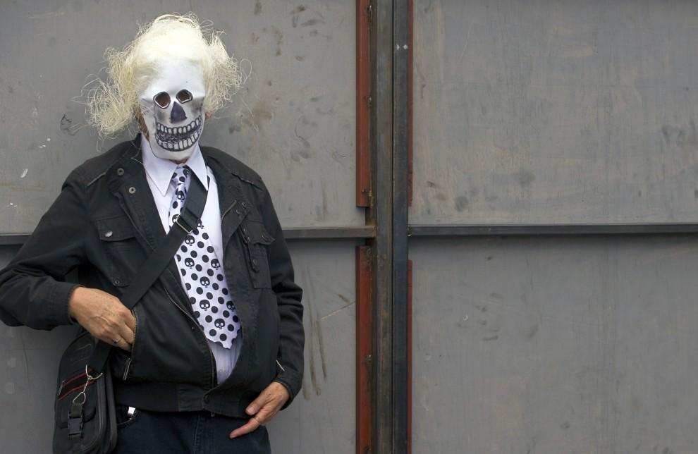 31. MEKSYK, Meksyk, 2 listopada 2010: Mężczyzna w masce stoi na placu Zocalo w Meksyku. AFP PHOTO/Alfredo Estrella