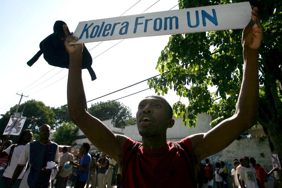 31. HAITI, Port-au-Prince, 18 listopada 2010: Haitańczyk podczas demonstracji obwiniającej ONZ za epidemię cholery.  AFP PHOTO / HECTOR RETAMAL