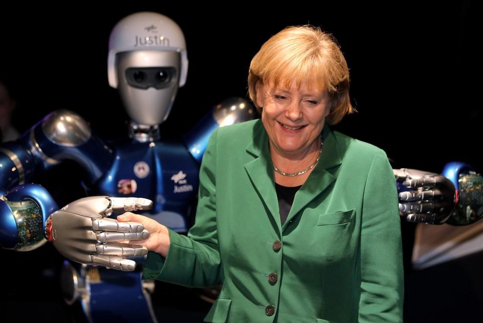 """31. NIEMCY, Berlin, 8 czerwca 2010: Kanclerz – Angela Merkel – pozuje do zdjęcia z robotem o imieniu """"Justin"""". (Foto: Sean Gallup/Getty Images)"""