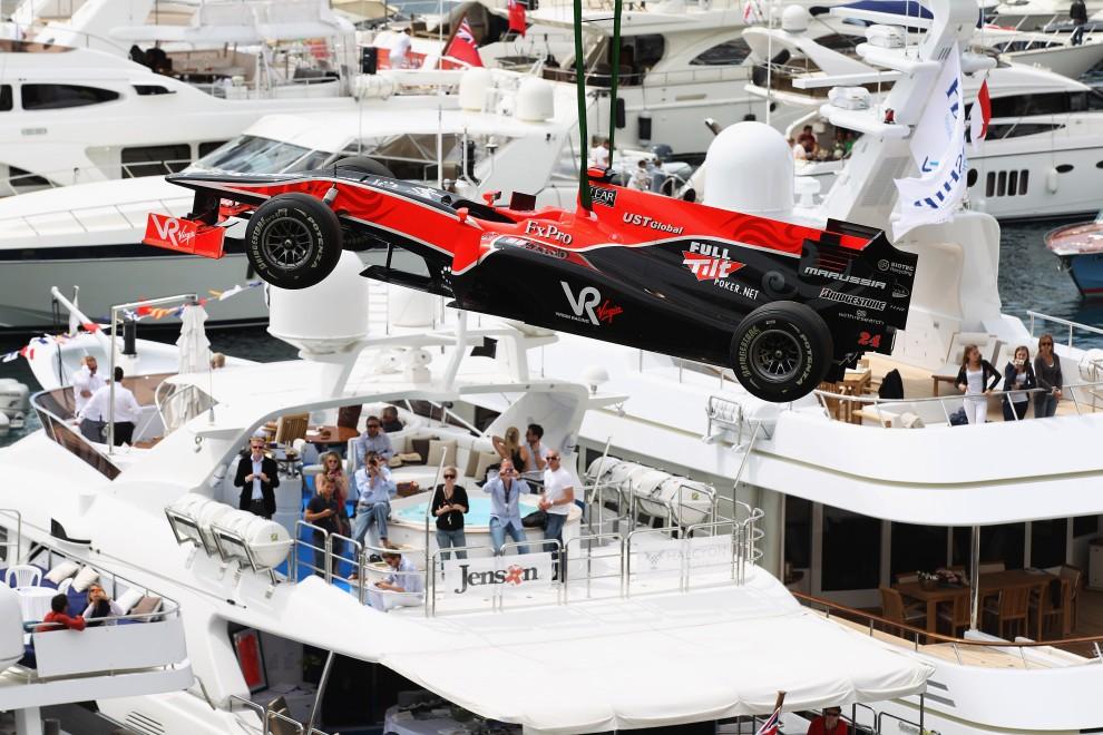 31. MONAKO, Monte Carlo, 15 maja 2010: Bolid Timo Glocka podnoszony z toru w Monte Carlo. (Foto: Mark Thompson/Getty Images)