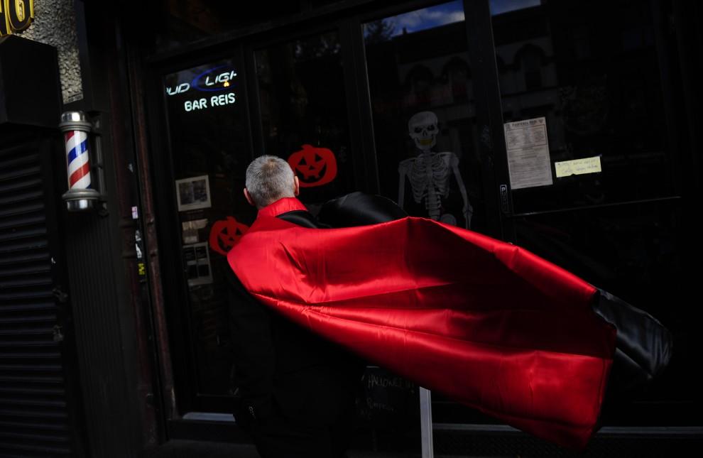 32. USA, Nowy Jork, 31 października 2010: Mężczyzna w przebraniu Draculi przechodzi ulicą w Nowym Jorku. AFP PHOTO/Emmanuel Dunand