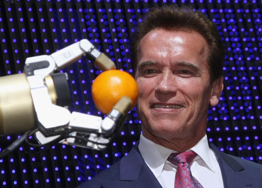 32. NIEMCY, Hanower, 2 marca 2009: Robot podaje pomarańczę Arnoldowi Schwarzeneggerowi. (Foto: Sean Gallup/Getty Images)