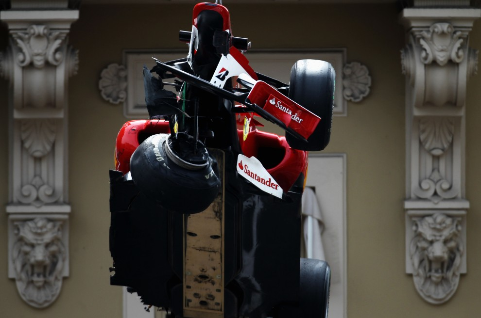 32. MONAKO, Monte Carlo, 15 maja 2010: Uszkodzony bolid Fernando Alonso usuwany z toru w Monte Carlo. (Foto: Paul Gilham/Getty Images)