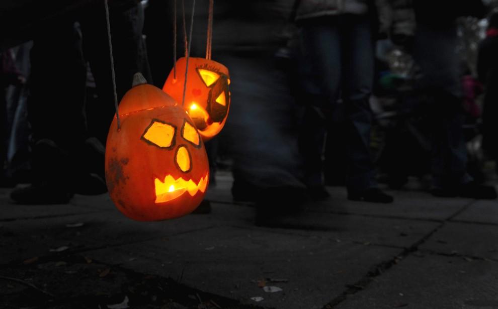 33. BUŁGARIA, Sofia, 31 października 2010: Lampony z dyni niesione przez uczestników zabawy z okazji Halloween. AFP PHOTO / NIKOLAY DOYCHINOV