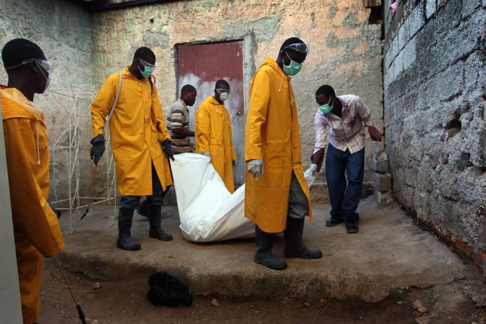 34. HAITI, Port-au-Prince, 17 listopada 2010: Ciało zmarłego w wyniku cholery przenoszone do furognetki. (Foto: Joe Raedle/Getty Images)