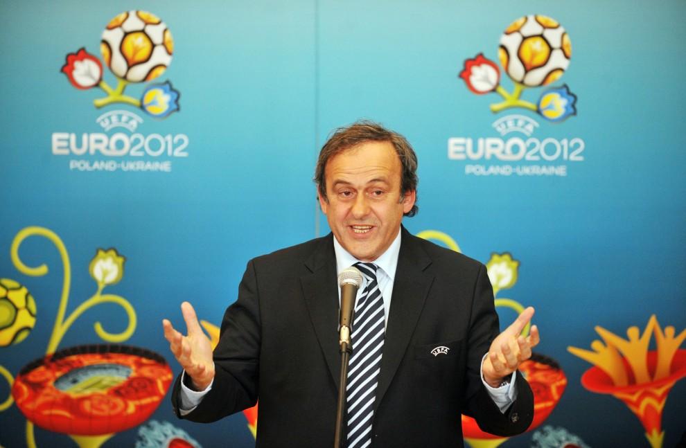 35. UKRAINA, Kijów, 8 kwietnia 2010: Prezydent UEFA – Michel Platini – podczas konferencji prasowej w trakcie wizytowania obiektów, na których rozgrywane będą spotkania Mistrzostw Europy w 2012 roku. AFP PHOTO/ SERGEI SUPINSKY