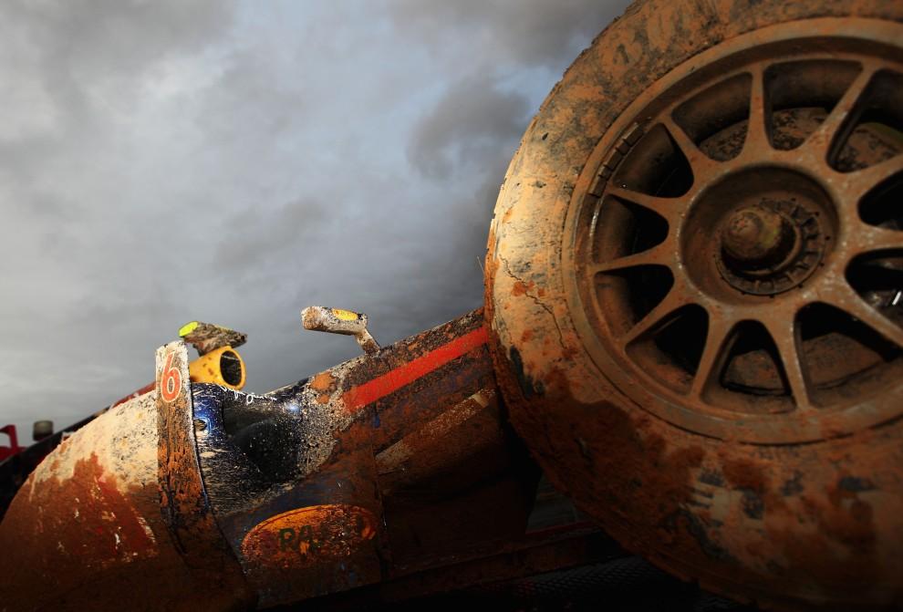 38. KOREA POŁUDNIOWA, 24 października 2010: Rozbity bolid Marka Webbera. (Foto: Paul Gilham/Getty Images)