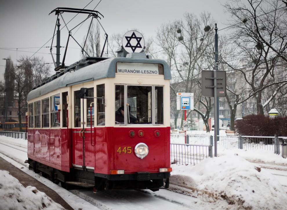 3. POLSKA, Warszawa, 27 stycznia 2010: Historyczny tramwaj na Warszawskiej ulicy – element obchodów 65. rocznicy wyzwolenia Auschwitz. AFP PHOTO/WOJTEK RADWANSKI