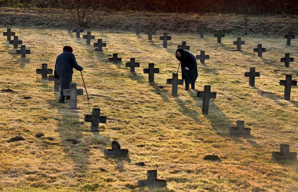 3. BIAŁORUŚ, Baruny, 1 listopada 2010: Kobiety na cmentarzu we wsi Baruny, ok. 100 km od Mińska. AFP PHOTO / VIKTOR DRACHEV