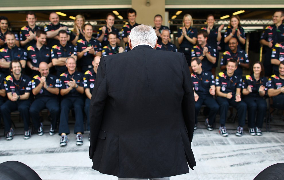 3. ZJEDNOCZONE EMIRATY ARABSKIE, Abu Zabi, 14 listopada, 2010: Dietrich Mateschitz – właściciel zespołu Red Bull Racing rozmawia ze swoim teamem. (Foto: Vladimir Rys/Getty Images)
