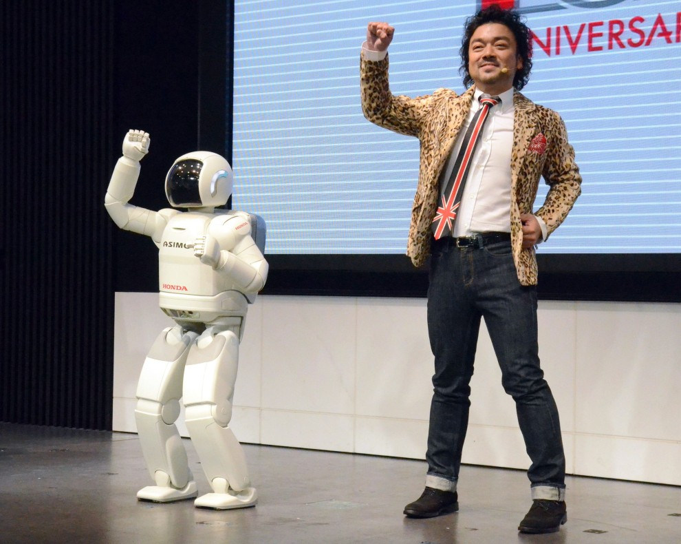"""3. JAPONIA, Tokio, 31 października 2010: Humanoidalny robot """"Asimo"""" tańczy w towarzystwie Papaya Suzuki. AFP PHOTO / STR"""