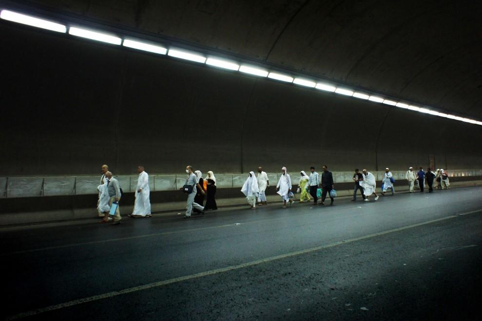 3. ARABIA SAUDYJSKA, Mekka, 12 listopada 2010: Pielgrzymi zmierzają w kierunku meczetu na wieczorną modlitwę. AFP PHOTO/MUSTAFA OZER