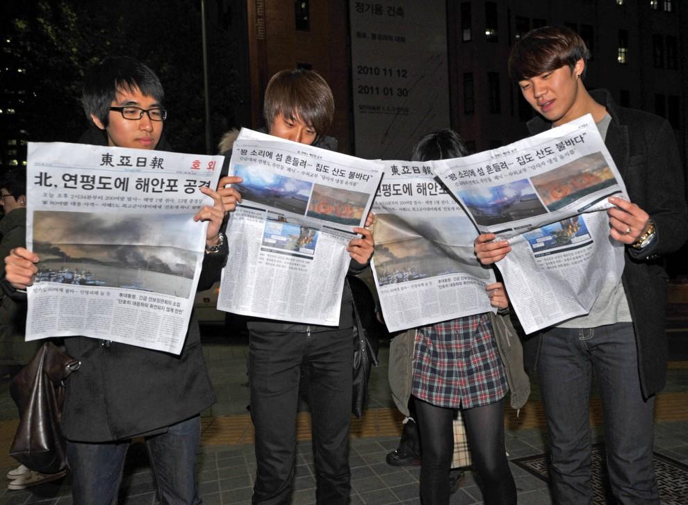 3. KOREA POŁUDNIOWA, Seul, 23 listopada 2010: Mieszkańcy Seulu czytają specjalne wydania gazet. AFP PHOTO / KIM JAE-HWAN