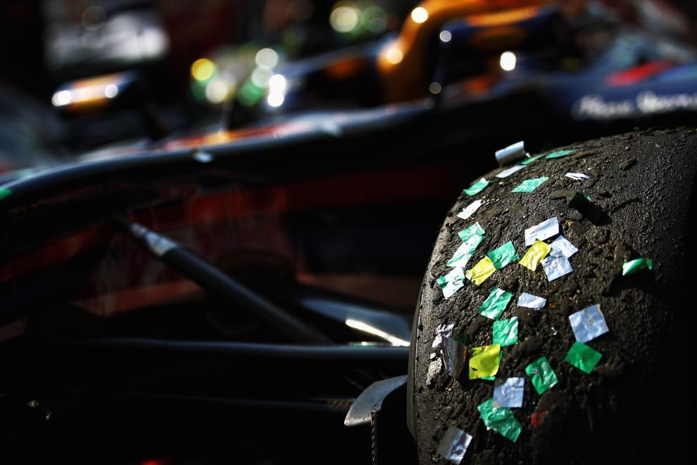 41. BRAZYLIA, Sao Paulo, 7 listopada 2010: Konfetti przyklejone do opon bolidu zespołu Red Bull. (Foto: Paul Gilham/Getty Images)