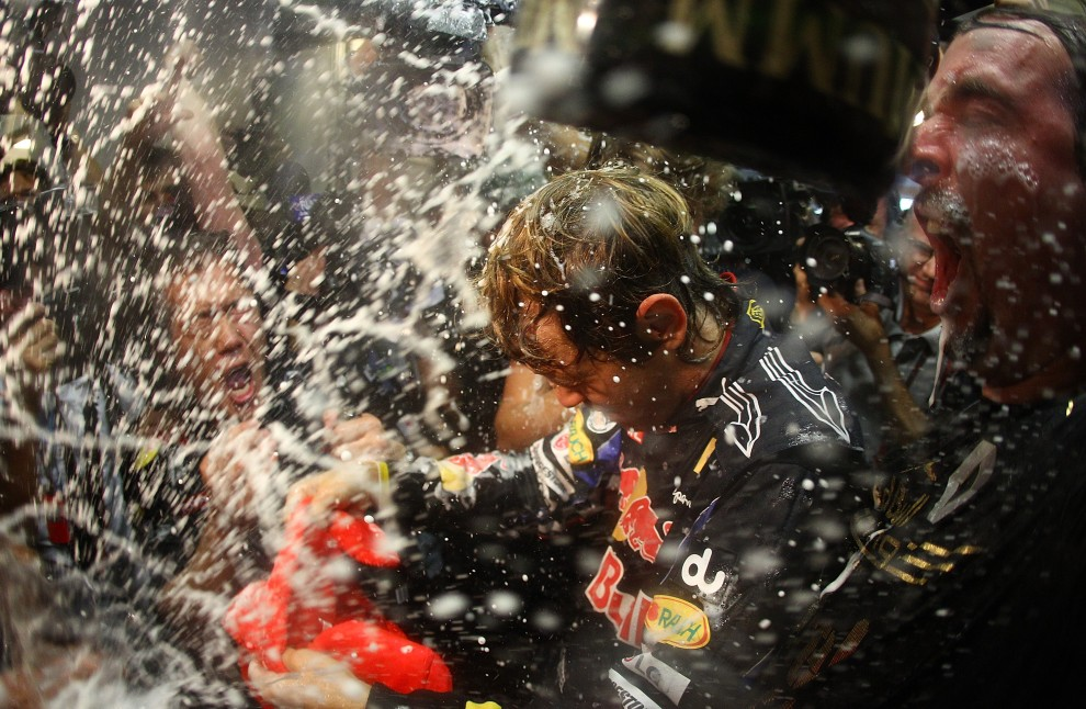 42. ZJEDNOCZONE EMIRATY ARABSKIE, Abu Zabi, 14 listopada 2010: Sebastian Vettel cieszy się ze zwycięstwa w klasyfikacji generalnej sezonu 2010. (Foto: Vladimir Rys/Getty Images)