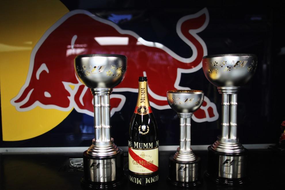 43. JAPONIA, Suzuka, 10 października 2010: Trofea dla najlepszego kierowcy i zespołu w garażu teamu Red Bull. (Foto: Mark Thompson/Getty Images)