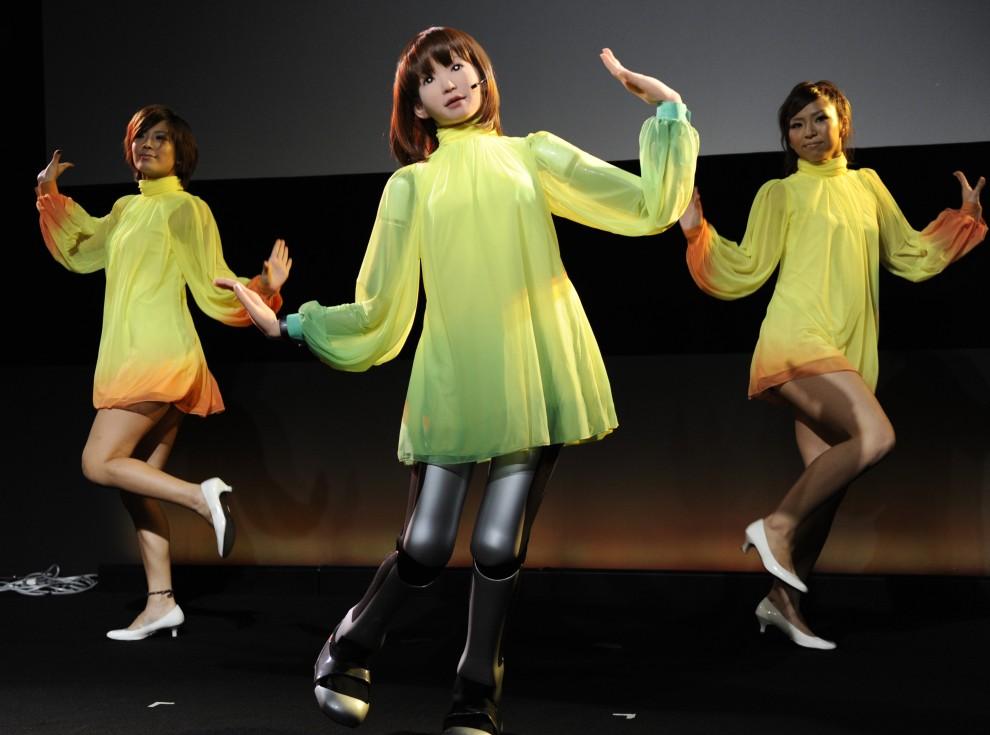 """4. JAPONIA, Tokio, 17 października 2010: Jedna z trzech tancerek to humanoidalny robot """"HRP-4C"""". AFP PHOTO / Yoshikazu TSUNO"""