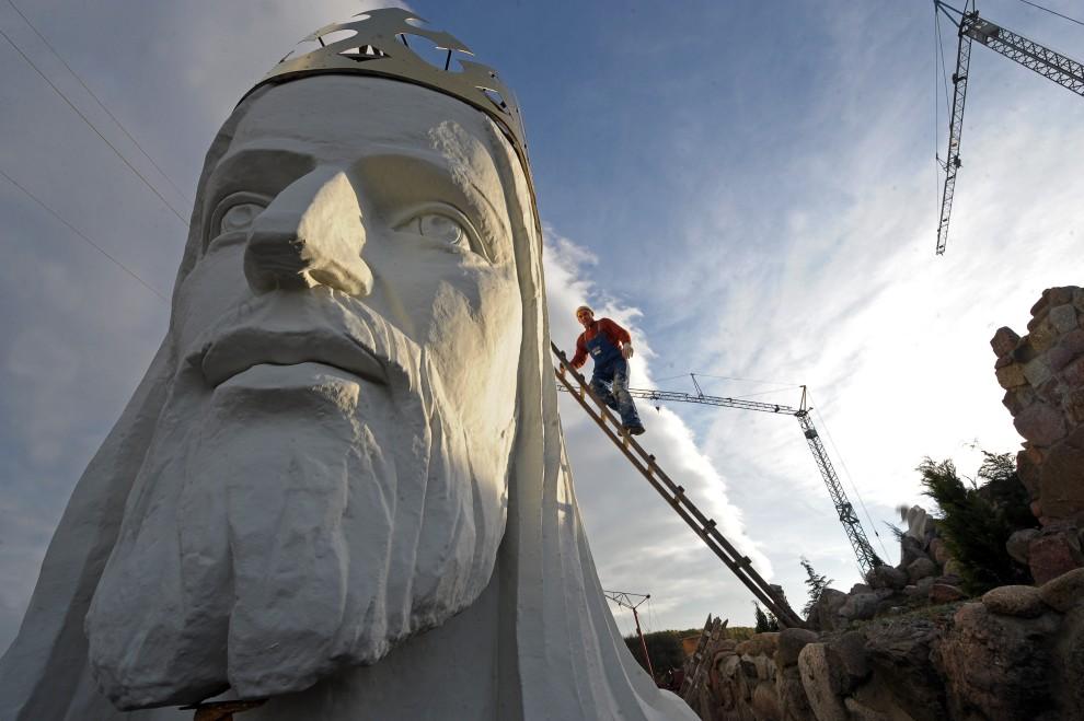 4. POLSKA, Świebodzin, 29 października 2010: Robotnik pracujący przy wznoszeniu pomnika Chrystusa Króla w Świebodzinie. AFP PHOTO / JANEK SKARZYNSKI