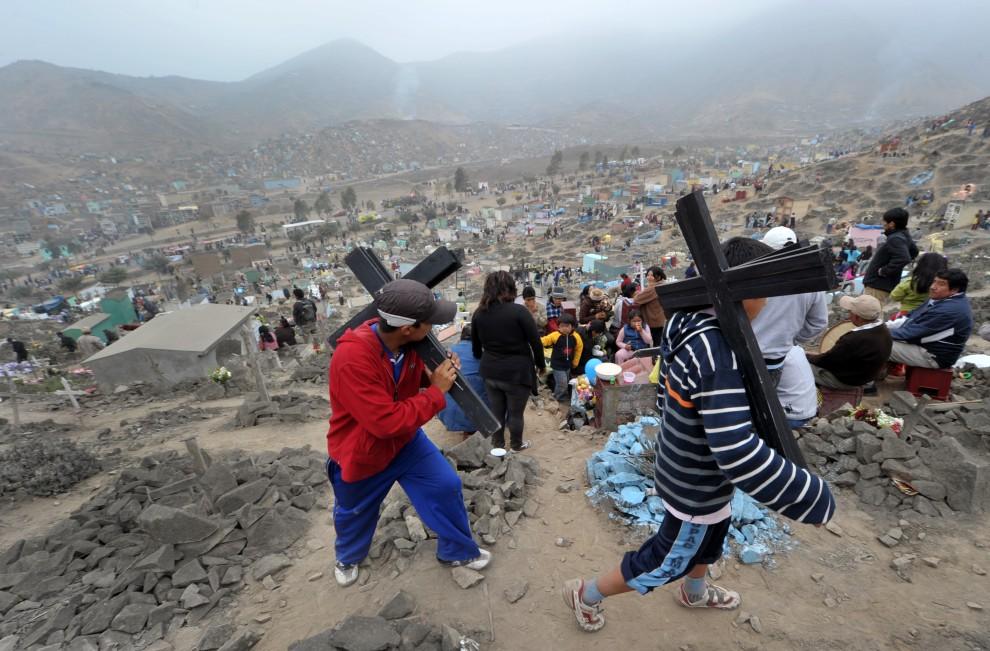 4. PERU, Lima, 1 listopada 2010: Sprzedawcy krzyży na cmentarzu Nueva Esperanza (hiszp. Nowa Nadzieja). AFP PHOTO / CRIS BOURONCLE
